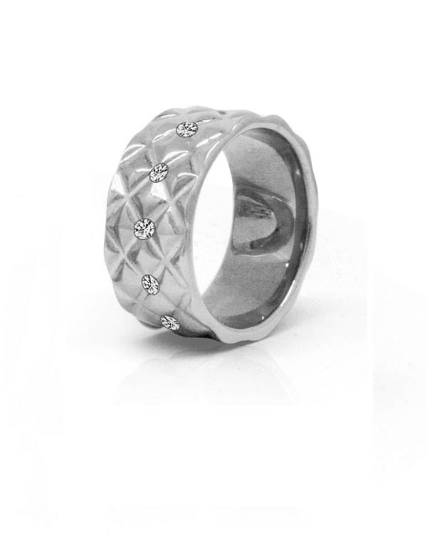 Кольцо стальное женское с ребристой поверхностью и прозрачными фианитами по окружности