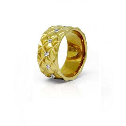 Кольцо стальное женское с ребристой поверхностью, прозрачными фианитами по окружности и золотым pvd